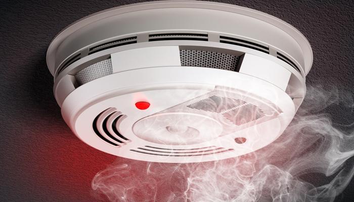 jābūt uzstādītiem dūmu detektoriem